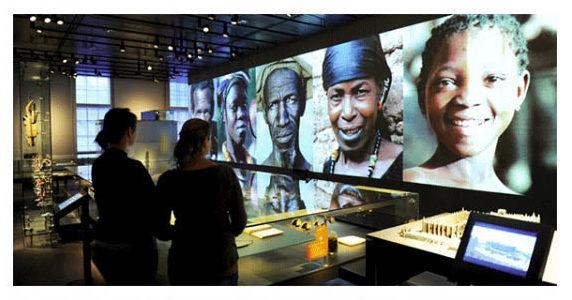 panel digital en exposición de un museo